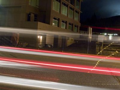 Licht Spuren von Autos bei Nacht